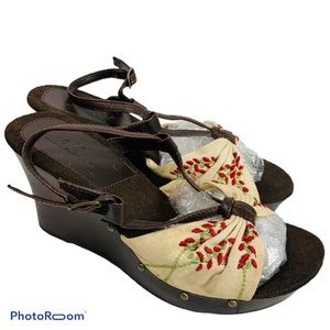 So wear it declare it embroidered wedges size7 1/2